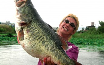 Manabu Kurita with the largest bass officially recorded at 22.311 pounds